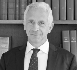 Photo en noir et blanc de l'avocat François Dembour