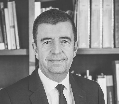 Photo en noir et blanc de l'avocat Marc Vanderweckene