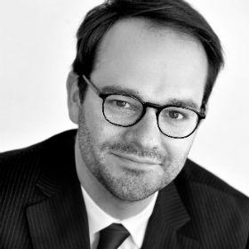 Photo en noir et blanc de l'avocat Charles-Henri d'Udekem d'Acoz (Droit de l'urbanisme (Wallonie et Bruxelles) et Droit rural (bail à ferme)
